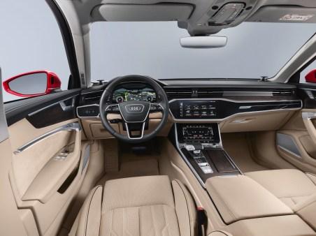 Die schlanke Instrumententafel und die ruhige, durchgängig horizontale Linienführung sorgen für ein luftiges Raumgefühl im Audi A6. Foto: Audi