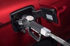 Die wuchtige Gaspistole der Zapfsäule ist beim Tankvorgang fest mit dem Fahrzeug verbunden. © Seat