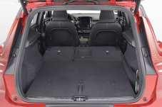 Der 460 Liter große Kofferraum des Volvo XC40 lässt sich gegen Aufpreis mit einem faltbaren doppelten Boden inklusive drei integrierter Haken so konfigurieren, dass weder Koffer noch Einkauf verrutschen können. Foto: Volvo