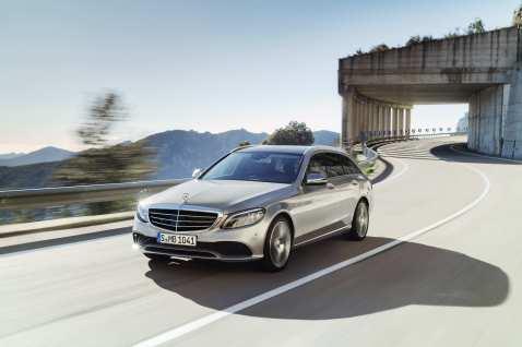 Als Limousine und T-Modell geht die Baureihe im Juli mit neuen Motoren an den Start, die an die 9G-Tronic gekoppelt sind. Foto: Auto-Medienportal.Net/Daimler