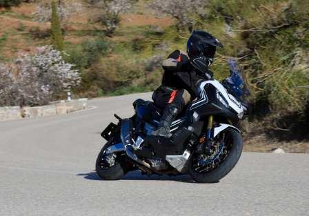 Der X-ADV geht ausgesprochen flott durch Kurven. Das Motorradfahrwerk der NC ermöglicht nach wie vor beeindruckende Schräglagen. Foto: Auto-Medienportal.Net/Honda
