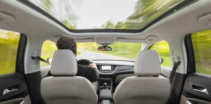 Das riesige Panoramdach ist eines der wenigen Dinge im Opel Grandland X Ultimate, das extra bezahlt werden muss. Foto: Opel