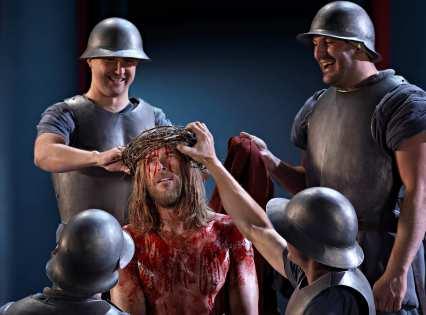 Bei den Passionsspielen in Oberammergau wird hautnah das Leiden und Sterben Christi aufgeführt. Foto: Passionsspiele Oberammergau 2010, Brigitte Maria Mayer