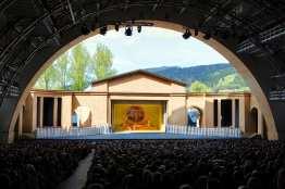 Das Passionstheater in Oberammergau ist mit 4800 Sitzplätzen die größte Freiluftbühne mit überdachtem Zuschauerraum weltweit. Foto: Ammergauer Alpen GmbH, Kienberger