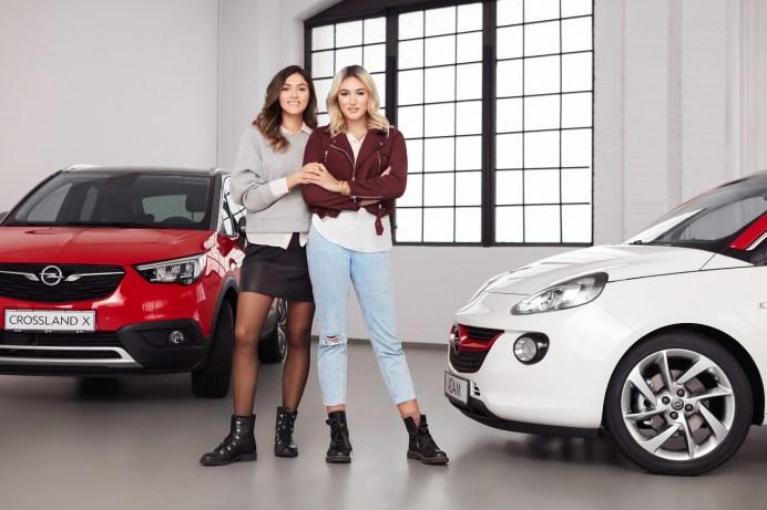 """Top-Models, Top-Bloggerinnen, Top-Modelle: Auch 2018 ist Opel wieder Partner von """"Germany's next Topmodel"""". Der Autohersteller begleitet die neue Staffel mit den bekanntesten Influencer-Schwestern Deutschlands, Anna Maria (links) und Katharina Damm, sowie den stylishen Opel-Modellen Crossland X und ADAM. Foto: Opel"""