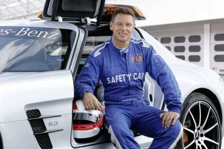 Während sich Official FIA F1 Safety Car-Fahrer Bernd Mayländer auf die Strecke konzentriert, beobachtet er gleichzeitig das Feld im Rückspiegel. Foto: Auto-Medienportal.Net/Daimler