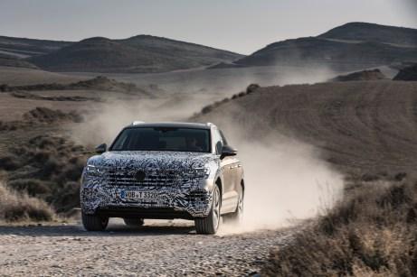Noch getarnt, dennoch lässt sich die breit geschwellte Brust erkennen: der neue VW Touareg. © Volkswagen