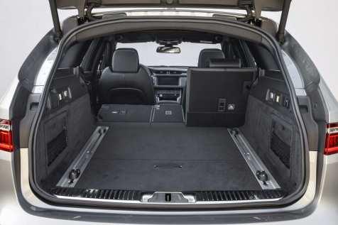 Der Kofferraum fasst wenigstens 565 Liter. Wer die Rückenlehnen der dreigeteilten Sitzanlage im Fond umklappt, steigert das Transportvolumen auf stattliche 1700 Liter. Foto: Auto-Medienportal.Net/Jaguar Land Rover