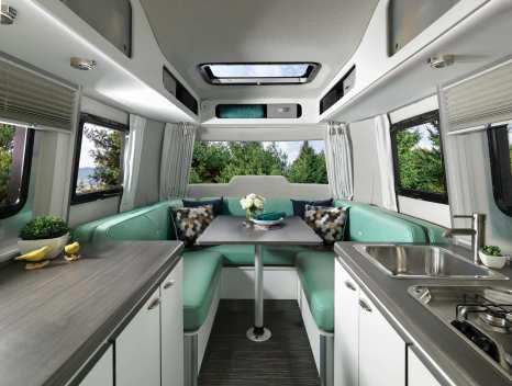 Das Interieur des Airstream Nest verfügt über in weiß gehaltene Möbelfronten, die Arbeitsflächen der Küche kommen in dunklem Holz daher. Foto: Auto-Medienportal.Net/Airstream
