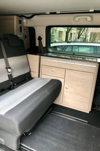 Direkt neben der zweiten Sitzreihe für Passagier drei und vier ist die praktische Küchenzeile vom Camping-Spezialisten Pössl untergebracht. © Ralf Schütze / mid
