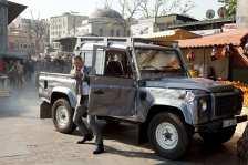"""Daniel Craig als James Bond mit Land Rover Defender in """"Skyfall"""" (2012). Foto: Auto-Medienportal.Net/Land Rover"""