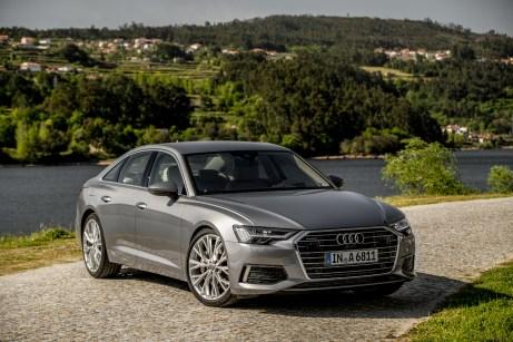 Bekanntes Gesicht mit dezenten Neuerungen: Der flachere Grill und die schmaleren Scheinwerfer betonen die sportliche Note des neuen Audi A6. © Audi