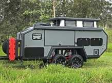 Der Bruder EXP-6 hat eine Außenbreite von 192 Zentimeter. Damit ist er ungefähr ebenso breit wie ein großer Geländewagen, der als Zugfahrzeug für das 670 Zentimeter lange australische Wohnwagen-Trumm zum Einsatz kommen sollte. Foto: Auto-Medienportal.Net/Bruder