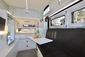 Im Wohnraum, der per Dach-Klimaanlage wohl temperiert wird, gibt es Platz und Schlafmöglichkeiten für bis zu sechs Personen. Foto: Auto-Medienportal.Net/Bruder