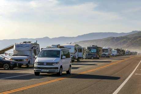 Mit dem VW Campingbus California am Pazifik. Foto: Auto-Medienportal.Net/VWN/Stephan Lindloff