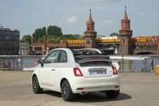 Der Collezione ist als Limousine und auch als Cabriolet (Bild) erhältlich. Das elektrische Verdeck ist dann im Grau der grau-weiß-grauen Trennlinie gehalten, die alle Collezione-Versionen rundum ziert. © FCA