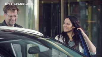 Ausnahmsweise mal sprachlos: In der neuen Opel Grandland X-Kampagne bringt Bettina Zimmermann ihren Freund Jürgen Klopp zum Staunen. Foto: Opel