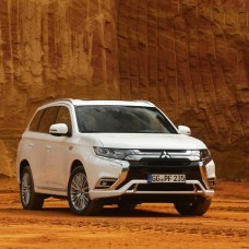 Grill, Leuchten Stoßfänger: Optisch hat sich beim neuen Mitsubishi Plug-in-Hybrid Outlander nicht viel getan. © Mitsubishi