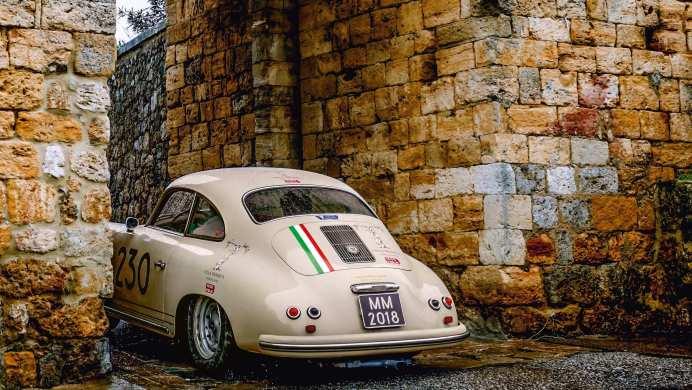 Der ehemalige Rallyefahrer Walter Roehrl und sein Copilot Christian Geistdoerfer testen den Porsche 356 Carrera, mit dem sie auf der Mille Miglia fahren. Fahrt nach Monteriggioni.