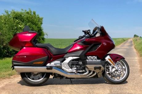 Mit gigantischen 1,70 m Radstand zwischen Vorder- und Hinterrad sowie bis zu 383 kg fahrfertigem Gewicht ist die Honda Gold Wing ein Koloss, der aber erstaunlich wendig sein kann. © Ralf Schütze / mid