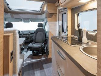 Ein Blick in Richtung Cockpit im Knaus Van Ti Plus. Foto: Knaus