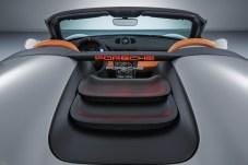 """Zwischen den Speedster-Höckern sind zwei schwarz abgesetzte Lamellen montiert, auf dem Plexiglas-Windschott prangt das """"70 Jahre Porsche""""-Logo. © Porsche"""