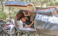 Versehen ist die rund 280 Kilogramm wiegende Schlafstätte auf dem Motorrad mit einer Isolierung, ein Plexiglas-Fenster lässt Licht herein. Das Innere ist mit Wildleder gepolstert und mit Zedernholz getäfelt und bietet eine Matratze. Foto: Auto-Medienportal.Net/Moto Home