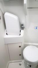 Die Nasszelle hat eine Cassetten-Toilette, Dusche und ein aus Platzgründen klappbares Waschbecken. Foto: Auto-Medienportal.Net/Michael Kirchberger