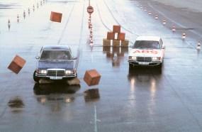 Weltpremiere 1978 mit der Mercedes-Benz S-Klasse: 40 Jahre Anti-Blockier-System. ABS-Versuche im Werk Stuttgart-Untertürkheim der Daimler-Benz AG. Vergleich des Bremsverhaltens von S-Klasse Limousinen der Baureihe 116 mit (rechts) und ohne Anti-Blockier-System auf nasser Fahrbahn. Foto: Auto-Medienportal.Net/Daimler