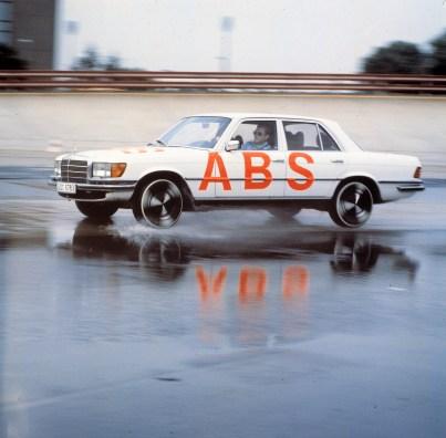 Beim Bremsen in Kurven erhält das Anti-Blockier-System die Fahrstabilität und Lenkbarkeit, sofern die physikalisch mögliche Kurvengeschwindigkeit nicht bereits überschritten wird. Foto: Auto-Medienportal.Net/Daimler