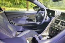 Handarbeit und moderne Handwerkskunst so weit das Auge reicht: Im Innenraum des Aston Martin DB11 ist alles vom Feinsten. Nur das lilafarbene Leder ist etwas gewöhnungsbedürftig. © Jutta Bernhard / mid