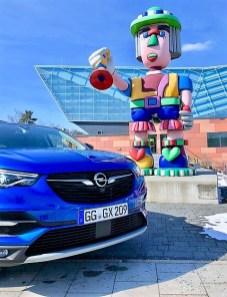 Chromflügel ziehen sich sanft zu den schlanken Scheinwerfern des Opel Grandland X. Foto: Klaus H. Frank