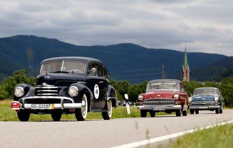 Opel Kapitän Trio auf großer Fahrt durch den Schwarzwald: In Front ein 52er, gefolgt von einem 56er und einem 62er Baujahr. Foto: Auto-Medienportal.Net/Opel