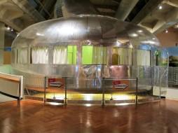 """Architekt R. Buckminster Fuller schuf das zerlegt """"leicht in einer Metall-Röhre verschiffbare"""" Dymaxion House."""