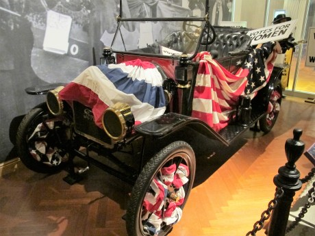 Frauenrechtlerinnen nutzten schon sehr früh Automobile für Demonstrationen und dekorierten sie in den amerikanischen Farben.
