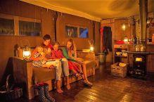 Statt Handy und Fernsehen ist am Abend gemütliches Zusammensitzen bei Kerzenschein und Öllampe angesagt.
