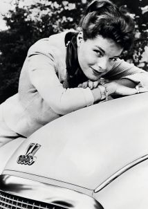 Romy Schneider posiert vor einem DKW Meisterklasse (um 1955). Foto: Auto-Medienportal.Net/Audi