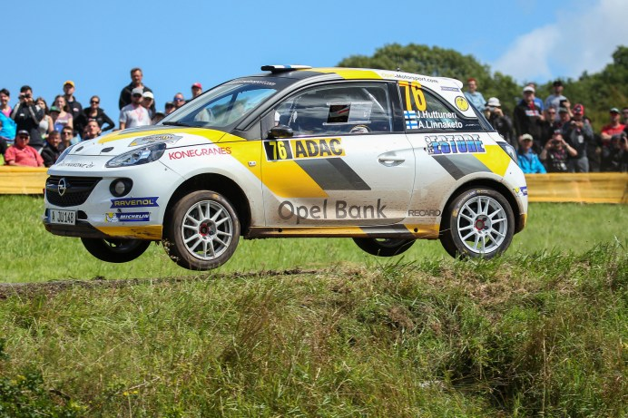 """Im """"Adams""""-Kostüm auf Höhenflug: Opel gibt dem Rallye-Nachwuchs eine Chance. © Opel"""