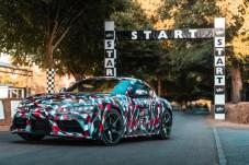 Startklar: Noch hat der Supra-Prototyp einen Tarnanzug an und kommt in den schwarz-rot-weißen Farben der Motorsport-Tochter Toyota GAZOO Racing daher. Zur Marktreife soll der neue Supra im ersten Halbjahr 2019 gelangen. © Toyota