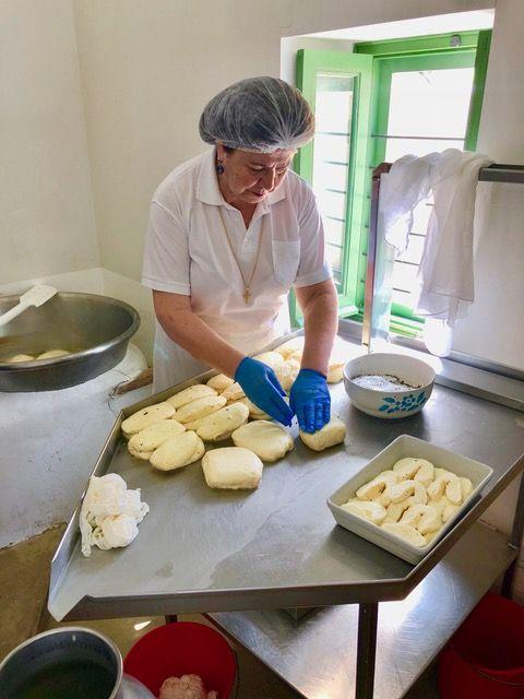 Diese Zypriotin zeigt, wie Halloumi produziert wird. Die Mischung aus Schafs- und Ziegenkäse wird gern gegrillt und quietscht, wenn man heineinbeisst. Foto: Klaus H. Frank