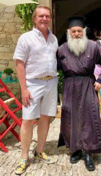 Begegnung mit einem Popen. Links Autor und Fotograf Klaus H. Frank