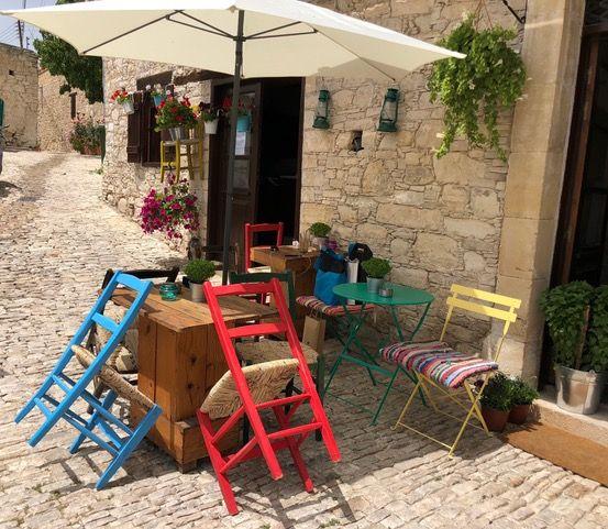 Stühle hoch: Es herrscht Ruhe zur Mittagszeit. Foto: Klaus H. Frank
