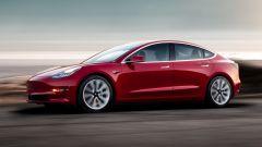 Eigentlich sollte das Model 3 schon 2017 auf den Markt kommen. In Wirklichkeit wurden am 28. Juli 2017 auf einer Veranstaltung mit Massenevent-Charakter ganze 20 Fahrzeuge an handverlesene Kunden verteilt. Foto: Auto-Medienportal.Net/Tesla