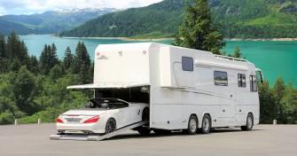 Die Mobilität am Urlaubsort sichert gegen Aufpreis ein Mercedes-Benz SL Cabrio. Das parkt unterwegs sicher in einer Garage im Heck des Vario, versehen mit einem automatischen Einzug. Foto: Auto-Medienportal.Net/Vario Mobil