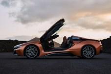 Zum Einsteigen bereit: Die hochschwenkenden Flügeltüren verlangen beim Ein- und Aussteigen in den neuen i8 Roadster eine gewisse Gelenkigkeit. © BMW