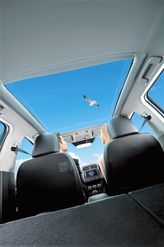 Das riesige Panoramadach lässt viel Licht in den Mitsubishi ASX. Foto: Mitsubishi