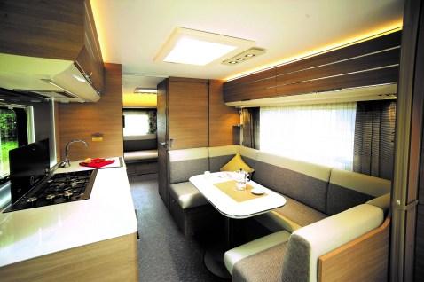 Im Bug befindet sich das Doppelbett der Eltern mit Panoramafenster im Front- und Dachbereich. Daran schließt sich eine große U-Sitzgruppe an. Foto: Auto-Medienportal.Net/Adria