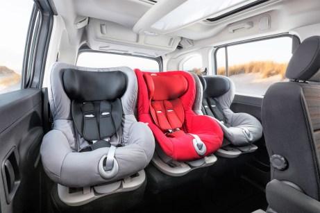 Drei Kindersitze passen in den Opel Combo Life. Foto: Opel