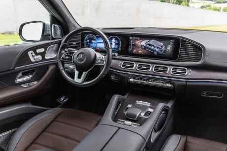 Hightech im Cockpit: Hinter den Displays verbirgt sich eine Elektronik, die für noch mehr aktive Sicherheit sorgen soll. © Daimler