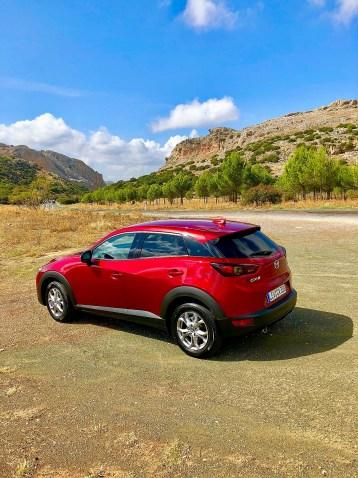 Obgleich der CX3 mit 4,28 Metern Länge etwas kürzer ist als die üblichen kompakten SUV, bietet er im Innenraum erstaunlich viel Platz (Kofferraumvolumen 350 bis 1.260 Liter). Foto: Klaus H. Frank
